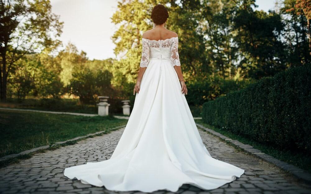 Gola ramena na venčanici